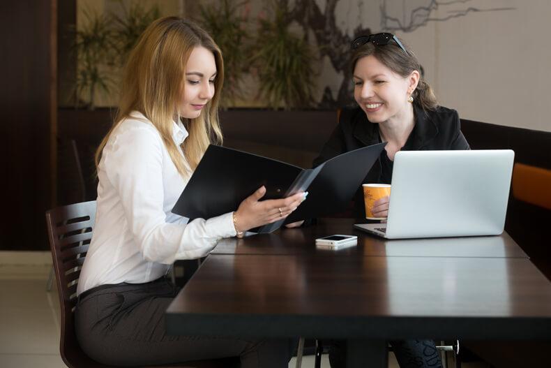 prestadora de serviço conversando com cliente. Conversando para atrair clientes